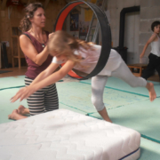 Reifenspringen im Zirkus für Kinder